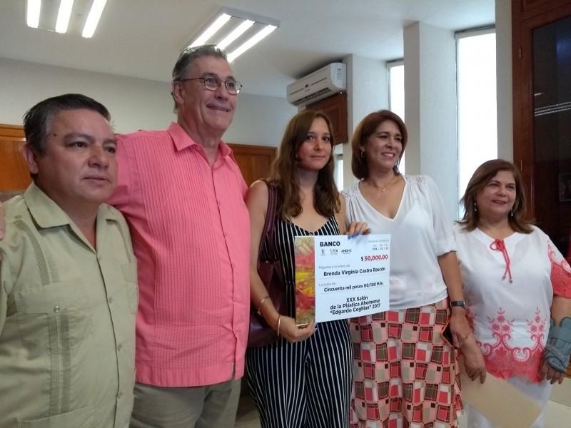 Premian a ganadora del Salón de la Plástica