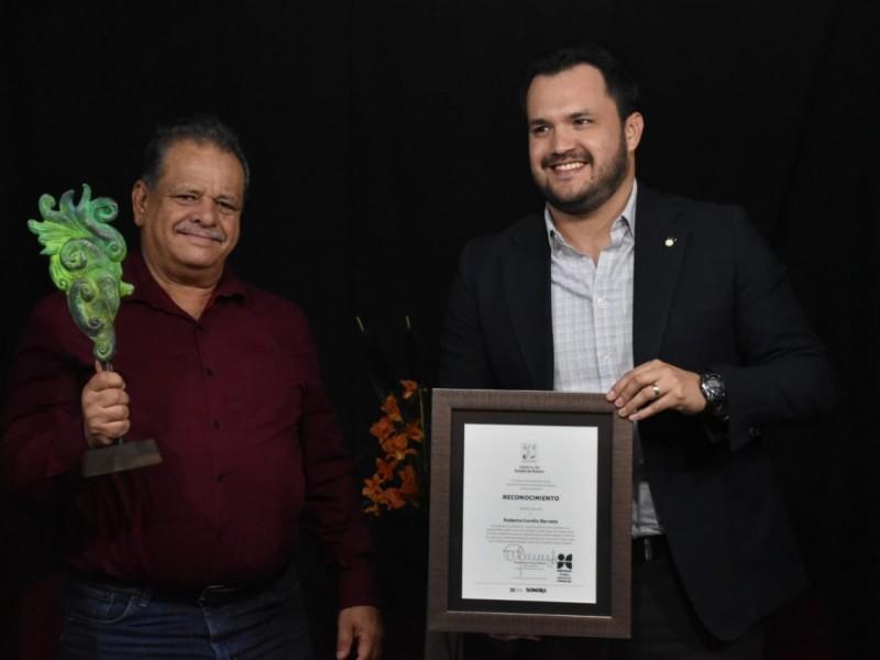 Premian al dramaturgo sonorense Roberto Corella