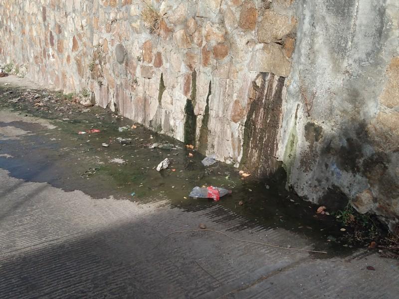 Preocupa a adultos mayores fuga de drenaje en barrio SantaRosa