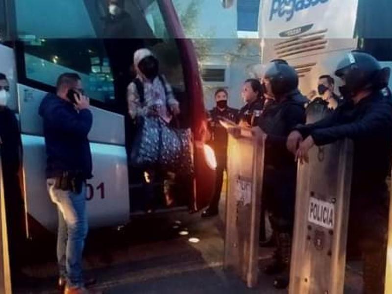 Presentan ante el juez a los 23 normalistas detenidos