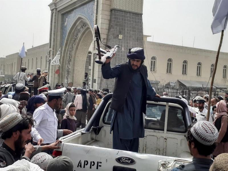 Presidente afgano se marchó para evitar