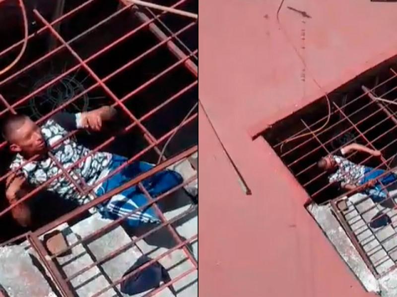 Presunto ladrón se queda atorado en una casa de Morelia