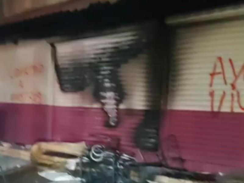 Presuntos normalistas incendian instalaciones del INE