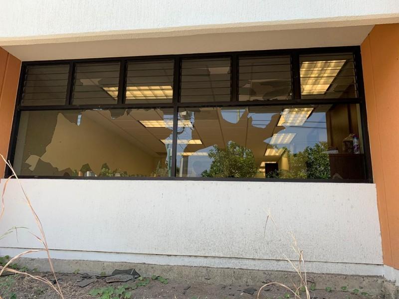 Presuntos normalistas vandalizan oficinas educativas