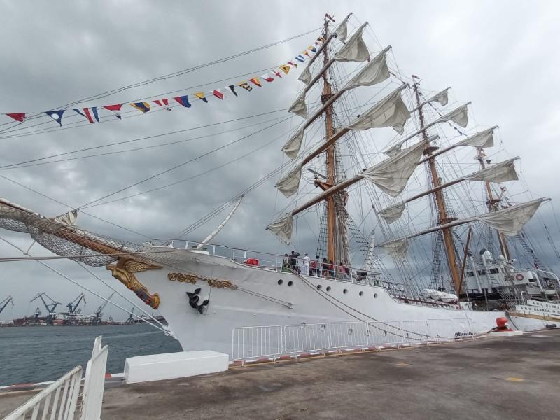 Previo a partir buque de Colombia recibe visitas