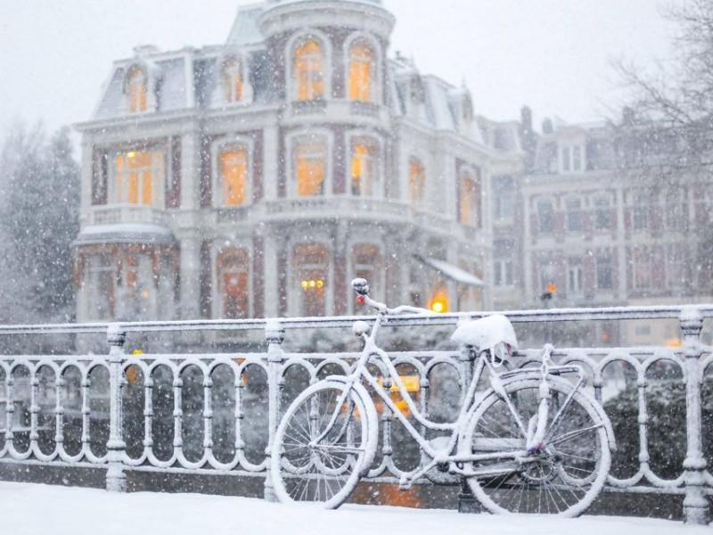 Primera tormenta de nieve en una década paraliza Países Bajos