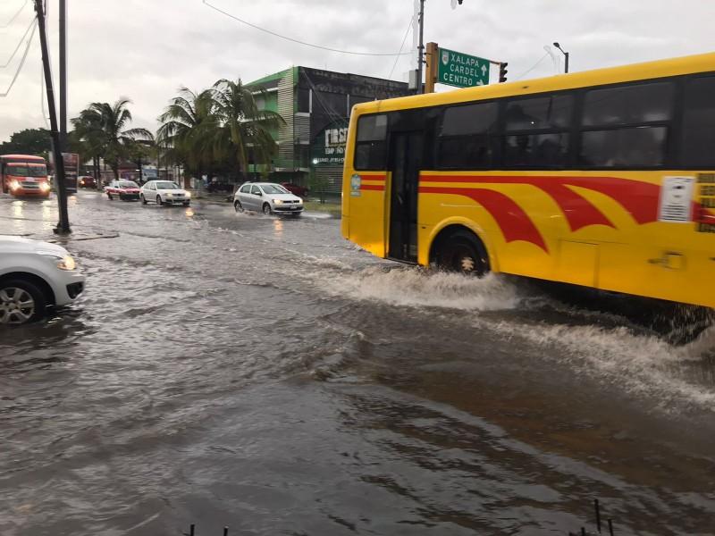 Principales vialidades en Veracruz inundadas esta mañana de viernes