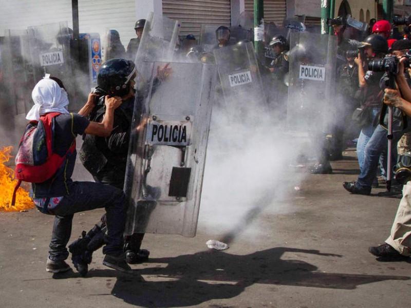 Prisión a policías que golpearon a joven en marcha