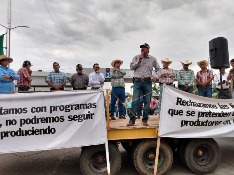 Productores agrícolas bloquean la carretera internacional