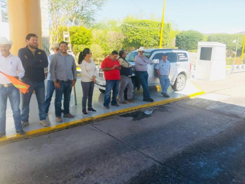Productores de multigranos bloquean caseta de San Miguel