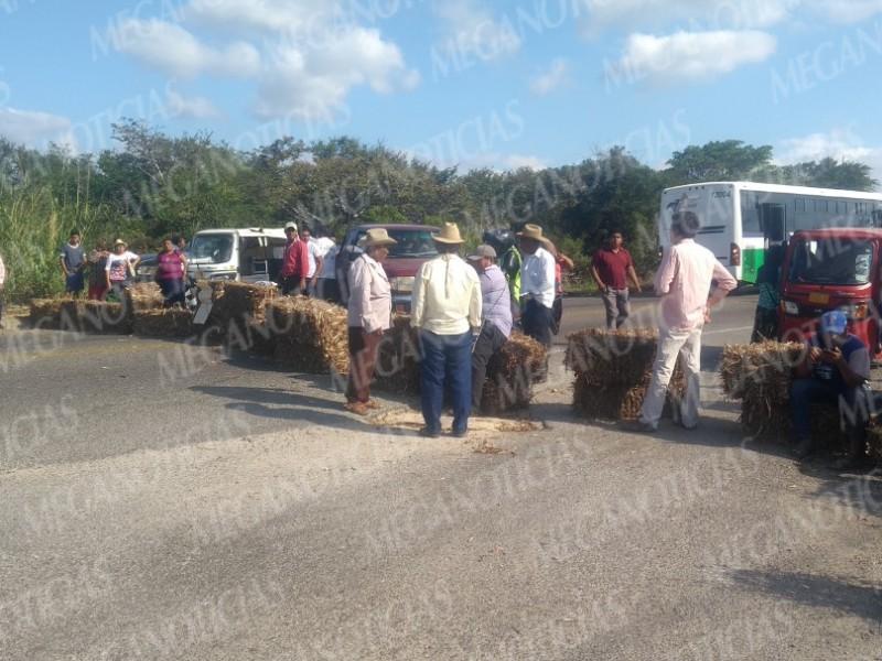 Productores de Sorgo realizan bloqueo carretero en Juchitán