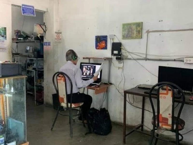 Profesor da clases desde un ciber café