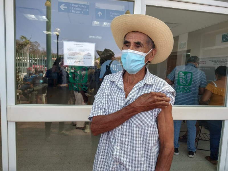 Programan inmunizar 250 ancianos en segundo día, en La Unión