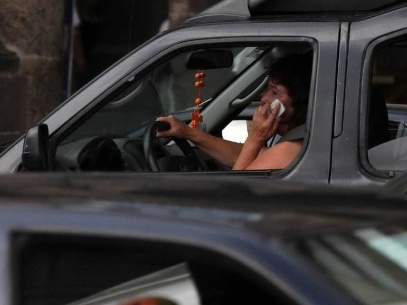 Prohíben a automovilistas uso de celular en carreteras