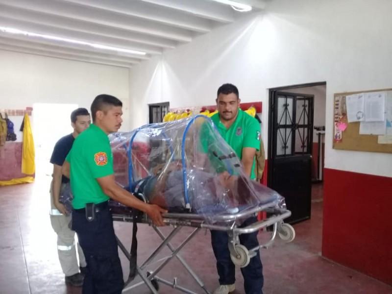 Protección Civil construye camilla para pacientes con coronavirus en Álamos
