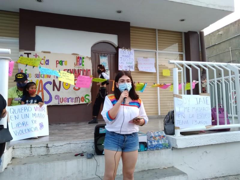 Protestan activistas en la Fiscalía de la Mujer