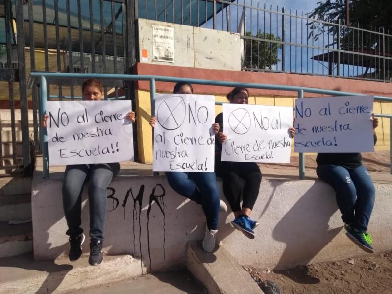Protestan contra cierre de escuela primaria