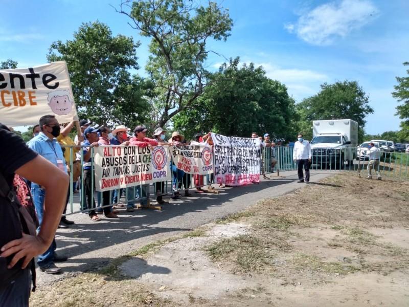 Protestan durante visita de AMLO a Tapanatepec