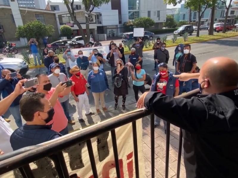 Protestan en Casa Jalisco por adeudo a COBAEJ; Gobernador responde
