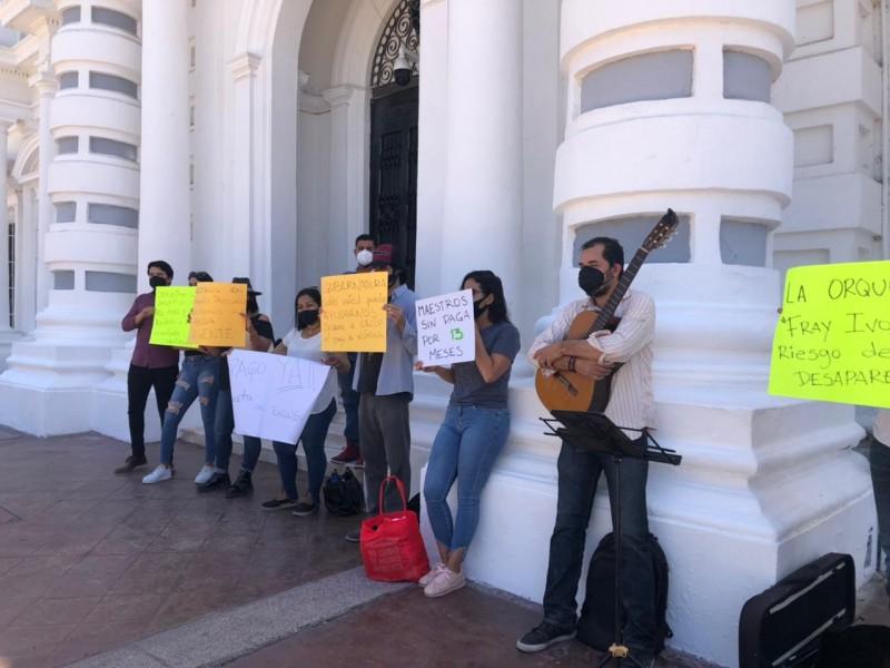 Protestan en palacio de gobierno músicos de la Orquesta Fray Ivo
