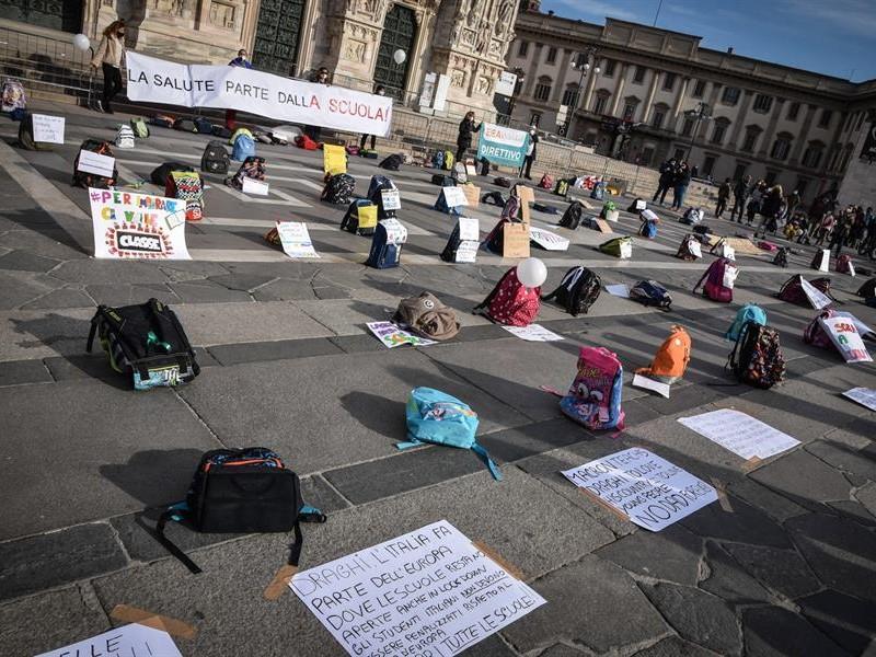 Protestan en Roma y Milán contra educación a distancia