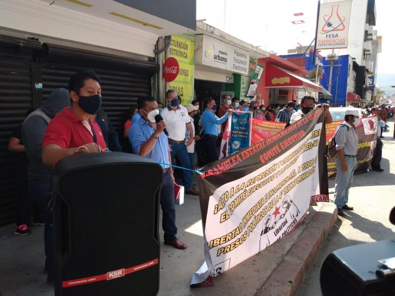 Protestan maestros afuera de palacio de gobierno, demandan diálogo