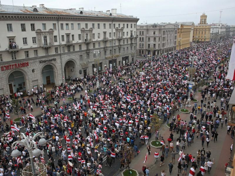 Protestan más de 100 mil personas en Bielorrusia