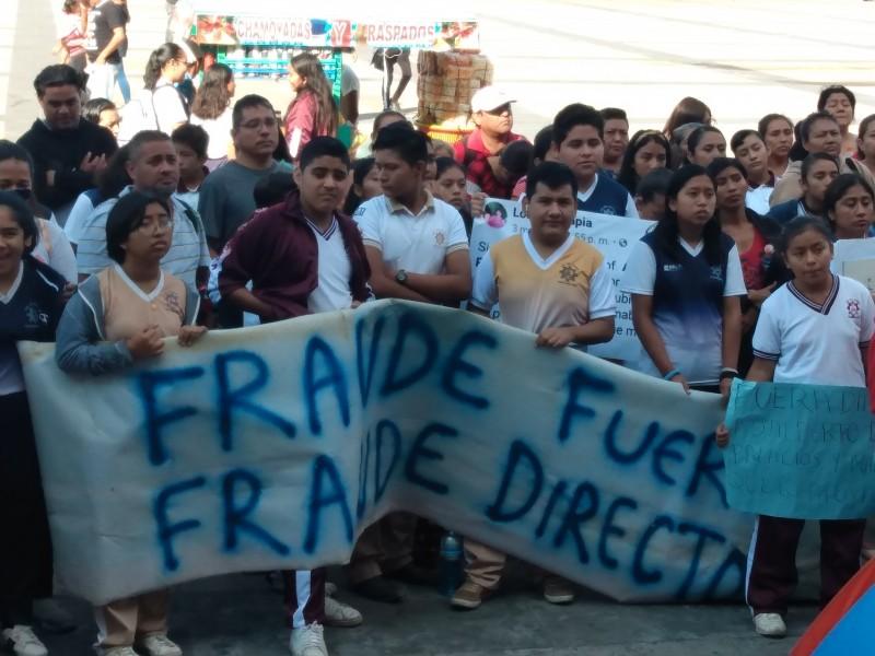Protestan padres de familia contra director de secundaria