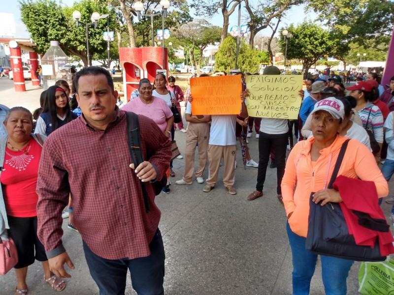 Protestan padres de familia en demanda de maestros