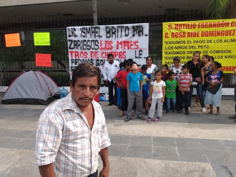 Protestan padres de familia, exigen pago a maestros