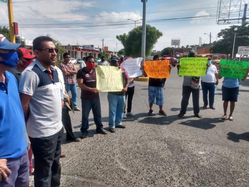 Protestan pescadores en el crucero de Juchitán