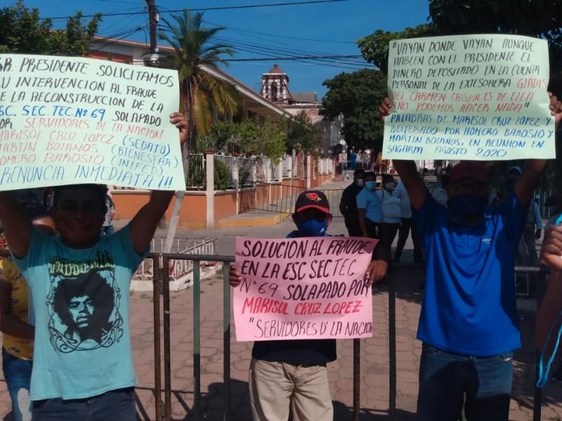 Protestan por corrupción en reconstrucción durante gira de AMLO