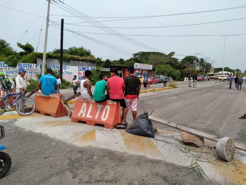 Protestan por incumplimiento de empresa constructora, realizan bloqueo carretero