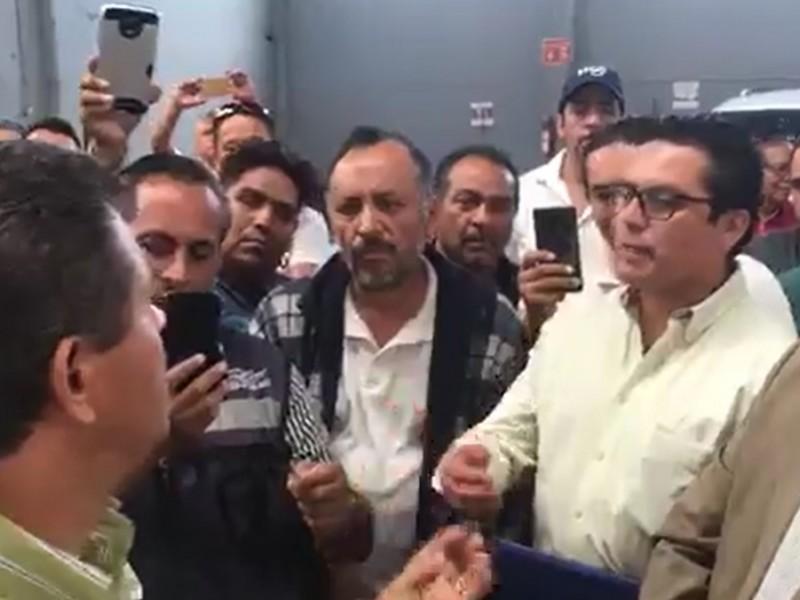Protestan taxistas ante el IQT por taxímetros
