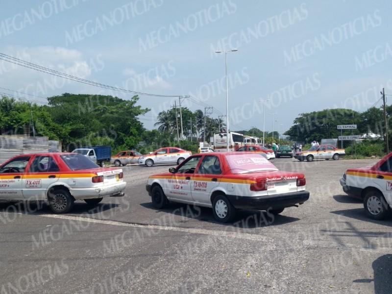 Protestan taxistas con bloqueos en Juchitán