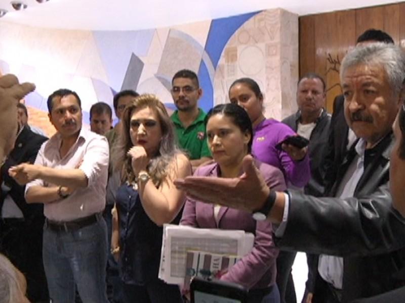 Protestan trabajadores a favor de venta de inmuebles