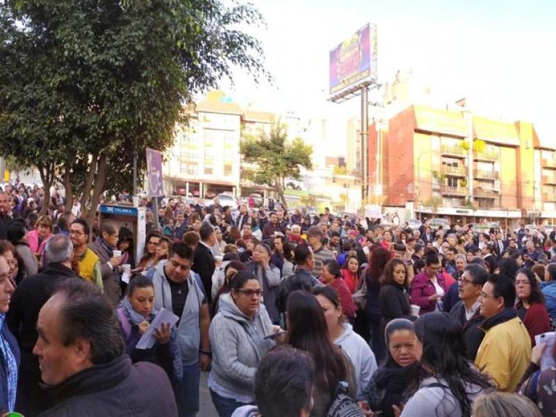Protestan trabajadores de la SEP