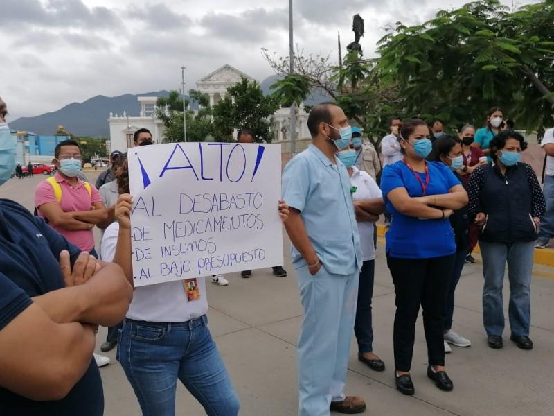 Protestan trabajadores del Hospital Civil de Oaxaca ante crisis