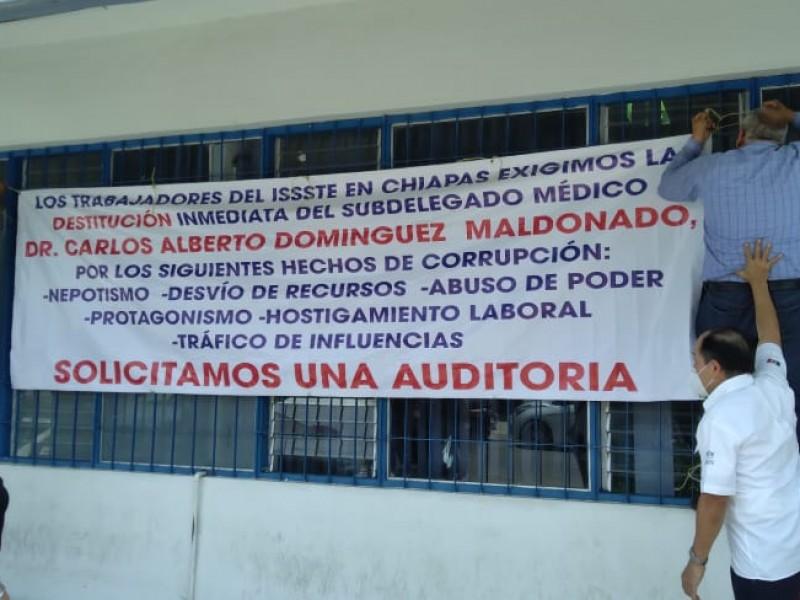 Protestan trabajadores del ISSSTE por falta de insumos
