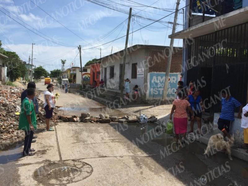 Protestan vecinos por fuga de aguas negras
