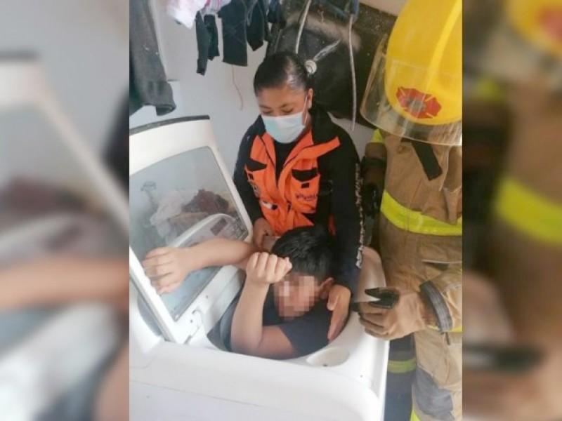 Puebla: Niño queda atorado en una lavadora