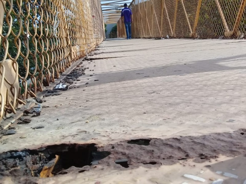 Puente peatonal en la Veracruz-Xalapa en malas condiciones