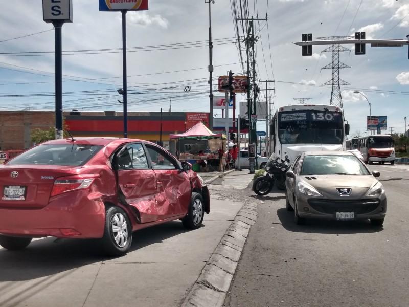 Qrobus impacta a Uber que se pasó semáforo