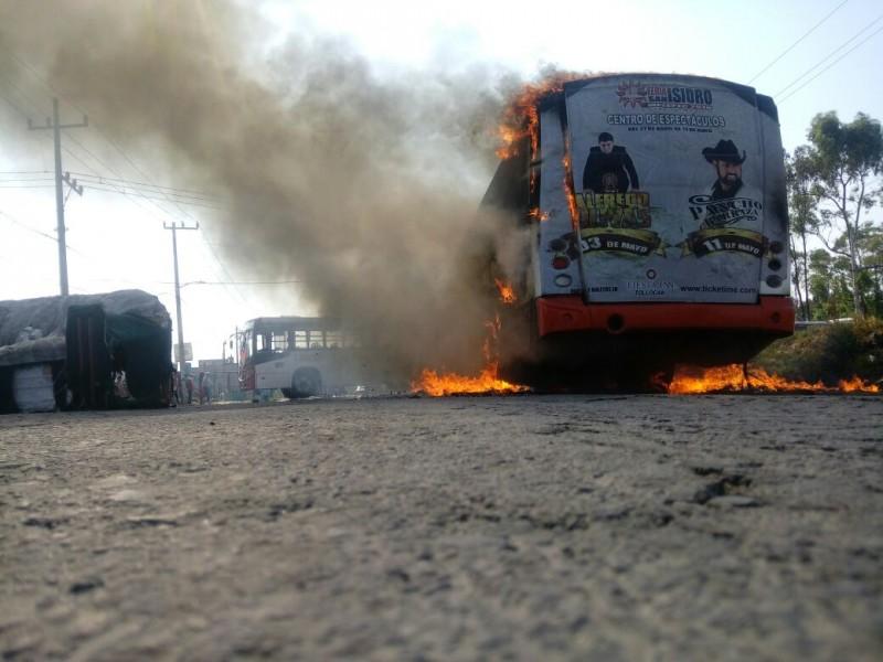 Queman autobuses como protesta en Otzolotepc