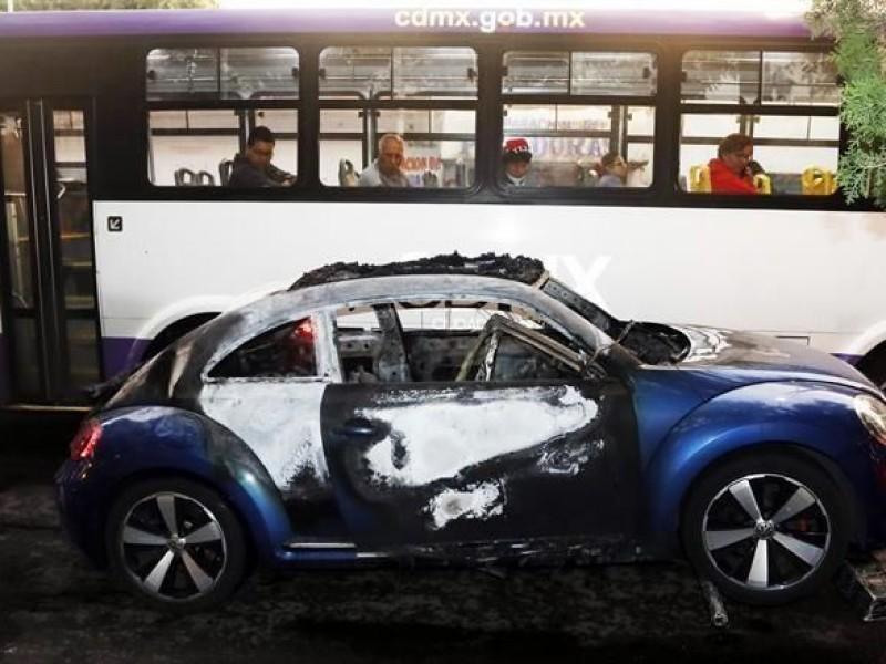 Queman cuerpos dentro de automóvil en Xochimilco