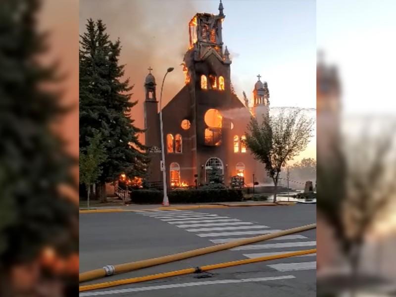 Queman otras dos iglesias en Canadá por hallazgo de tumbas