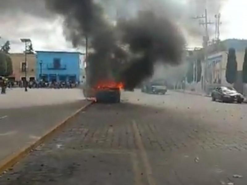 Queman patrullas exigiendo destitución de edil en Amozoc
