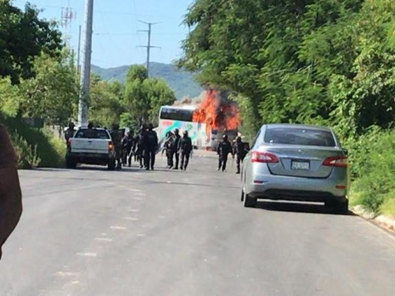 Queman tres autobuses en poblados de Petatlán