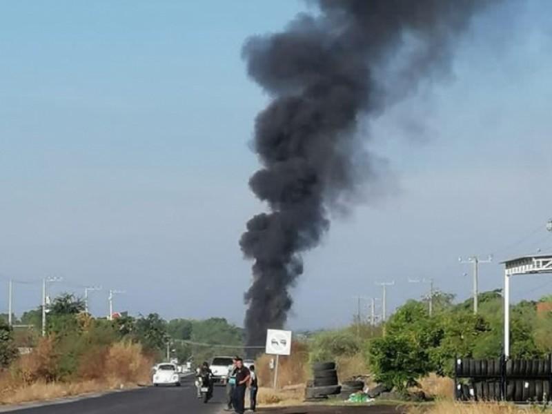 Queman vehículos y bloquean carretera en Apatzingán- Aguililla