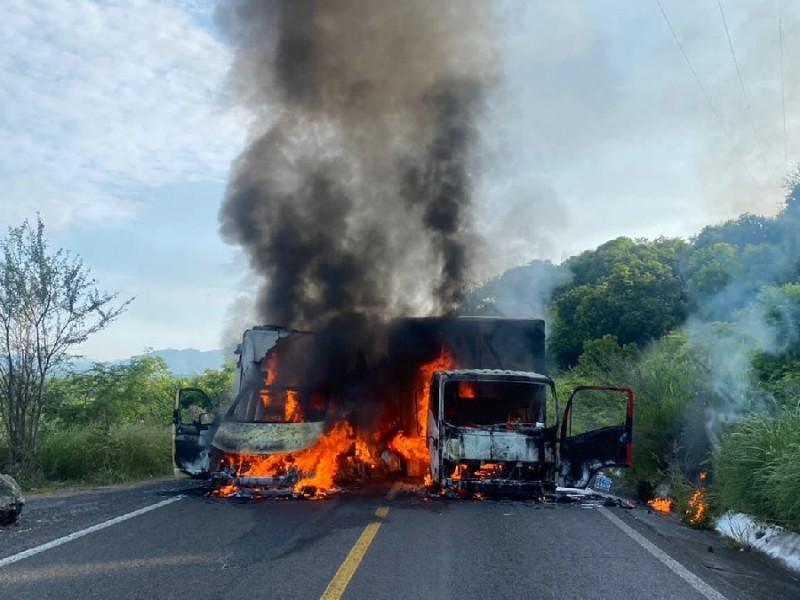 Queman vehículos y bloquean carretera en Tierra Caliente